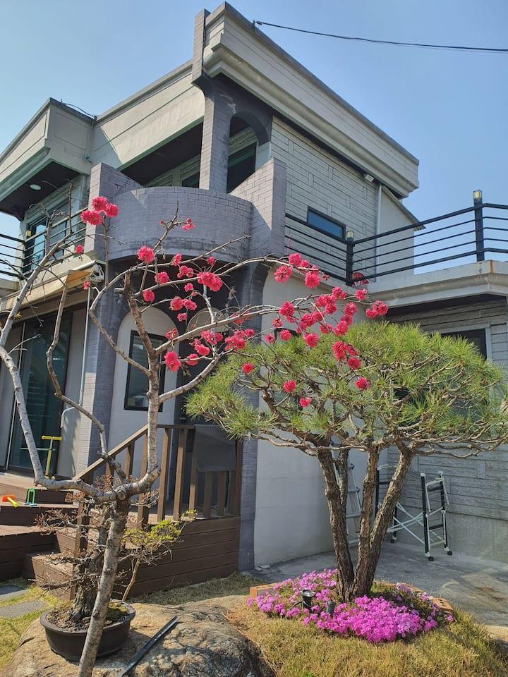 순천대학교 인근 편의 시설과 식당이 많고 정원이 있는 깔끔한 단독주택의 2층입니다.