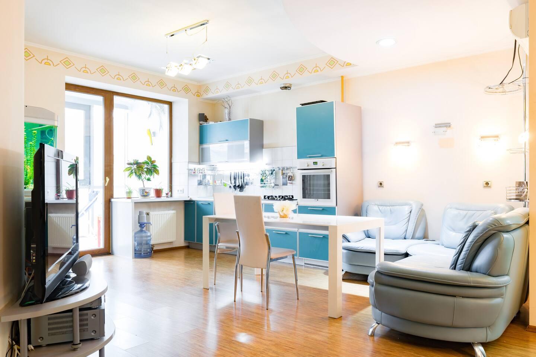 Кухня-гостинная с большим столом и аквариумом, кожаный диван заменен на тканный, раскладывающийся диван