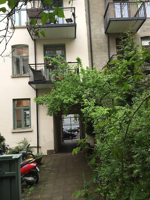 Leiligheten er i første og andre etasje i en vakker bygård med en grønn bakhage