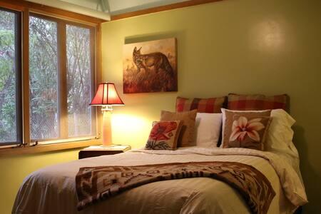 Malibu Queen bed in Lloyd Wright - Malibu