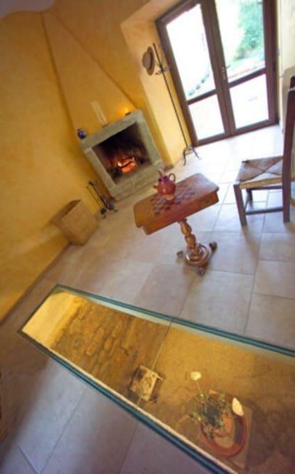 il cristallo in salotto da cui si intravedono i resti medioevali