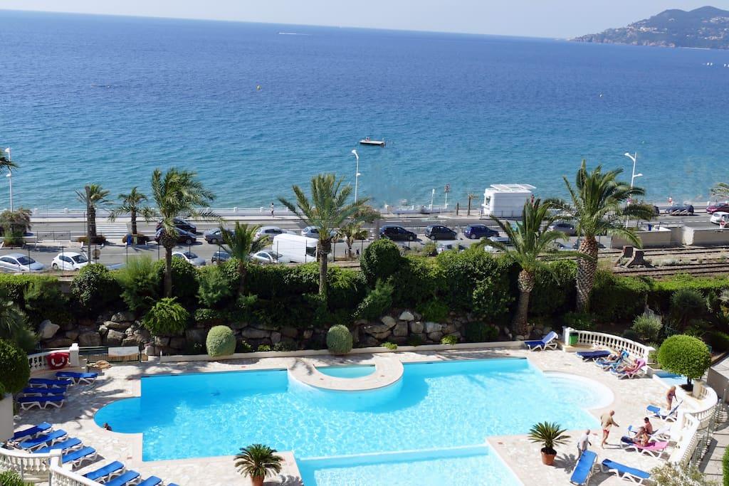 Une vue imprenable sur la mer et la piscine