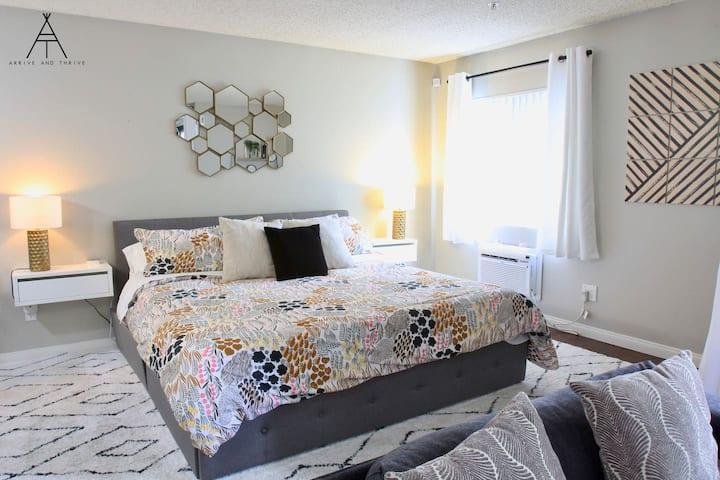 ❤️️ Sanitized Designer Apt - King Bed - Modern Bldg - Nurses - CHOC & St Joseph