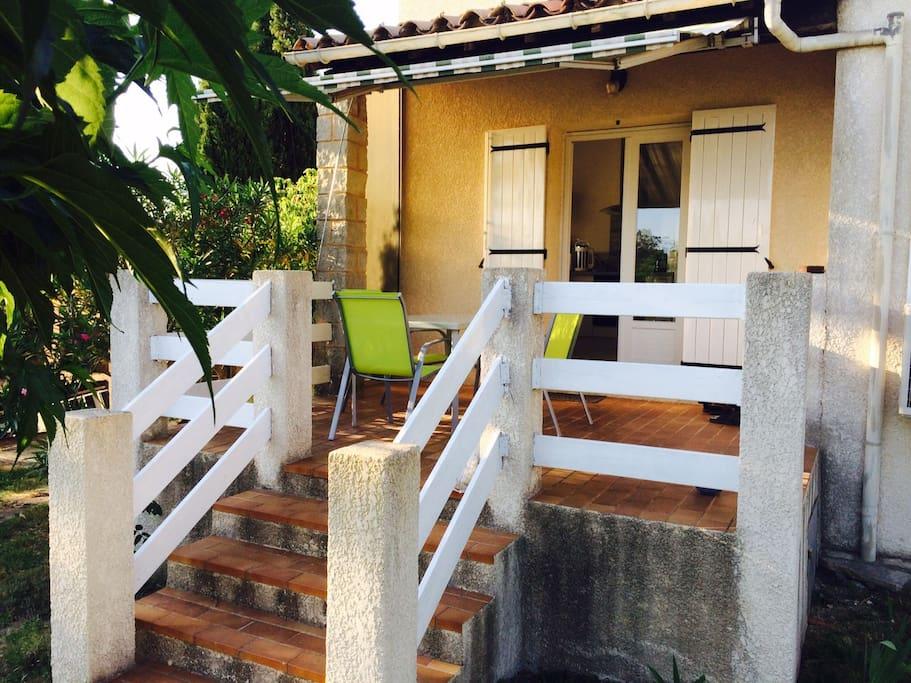 Terrasse avec accès à la cuisine