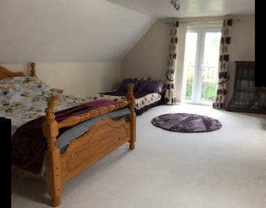 Extra large double room with SMART TV close to A38