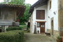 vista de la entrada con hórreo