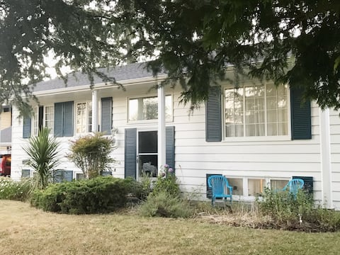 WOMEN ONLY - Close to UVic & buses with Breakfast
