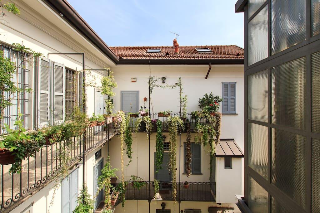 ... ma l'appartamento dà su un silenzioso cortile fiorito