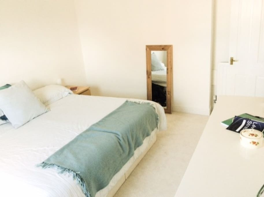 Bedroom 1/ Super-king-sized bed.