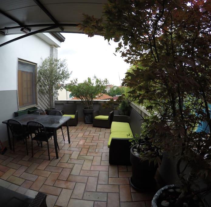Terrazzo con tavolo grande e 4 sedie, comodo per pranzo e cena da Marzo a Ottobre
