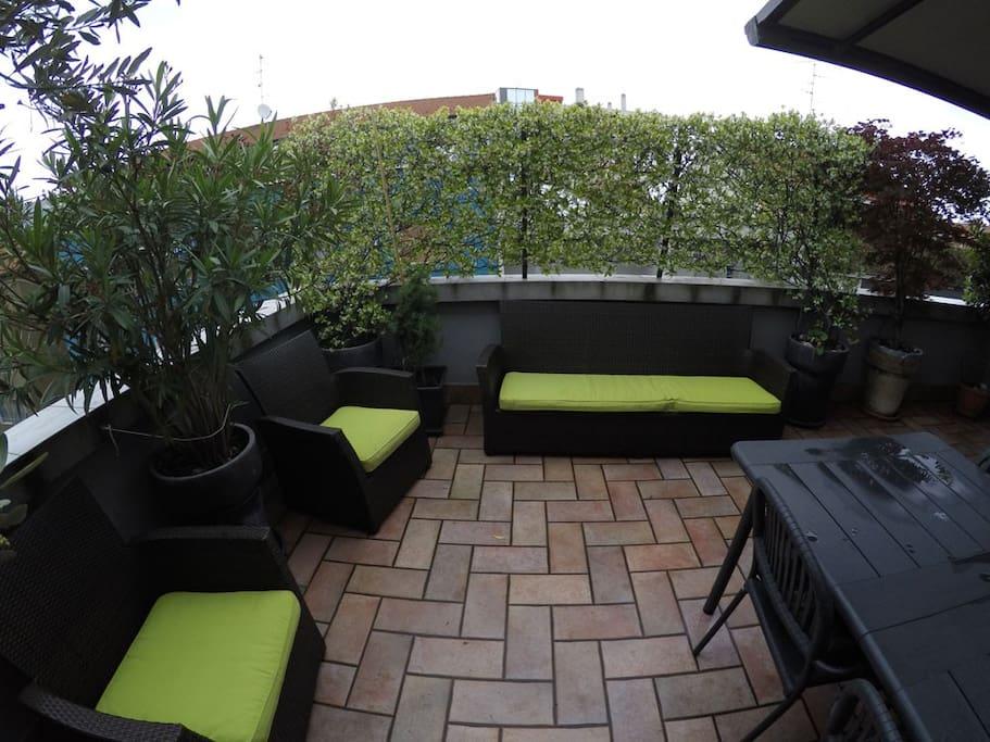 Area salotto in terrazzo.  A richiesta nei periodi di bel tempo è possibile orientare il TV led 40 pollici verso il terrazzo e riposarsi in terrazza guardando la TV