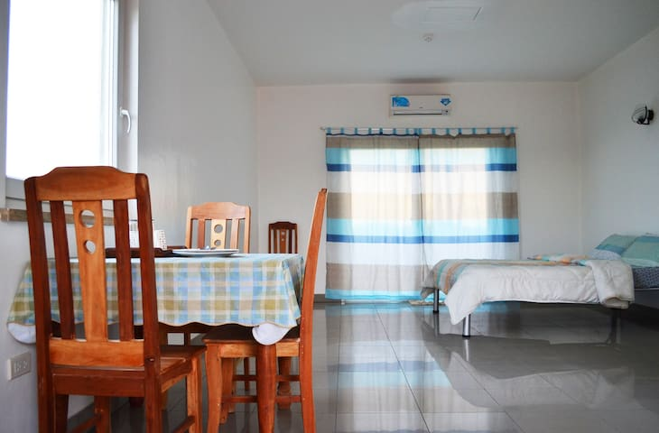 Tidy Apt. w/ View of the Sea (Rm.6) - Talisay City - Apartament