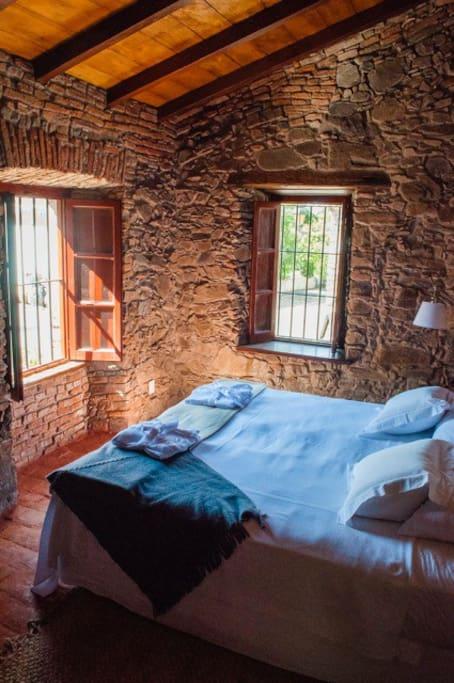 habitación con cama extra grande