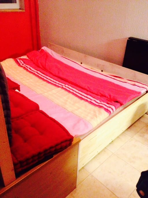 1 double bed for 2 with a big mattress/ 1 lit double avec vrai matelas