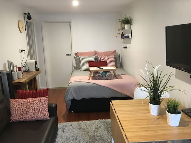 Private self contained, Netflix, wifi, parking