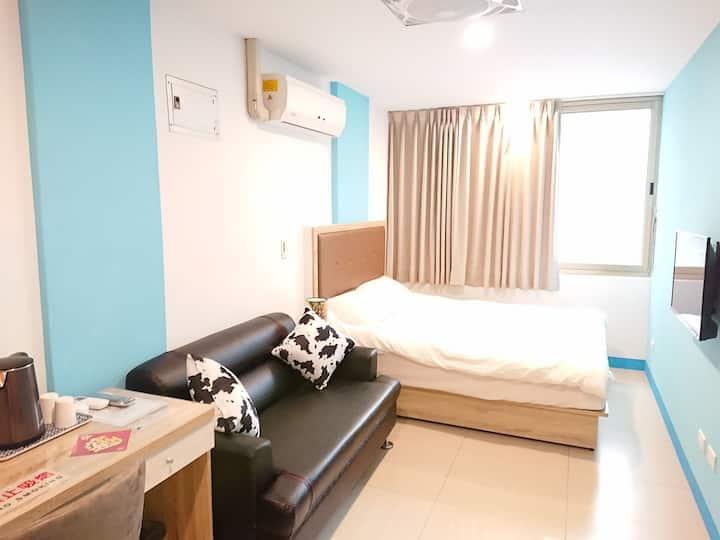 303藝之宿--大窗戶、自助密碼鎖、獨立衛浴3樓套房、雙人床、沙發、近民權西路MRT、免費Wi-fi