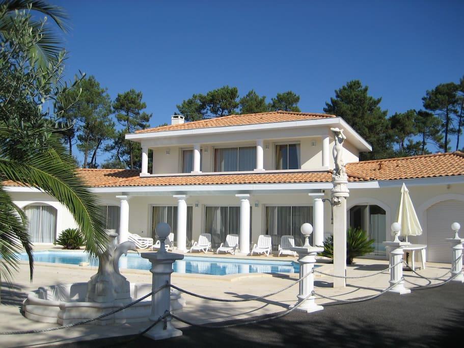 vue villa avec piscine et 8 transats plus parasol et coin repas