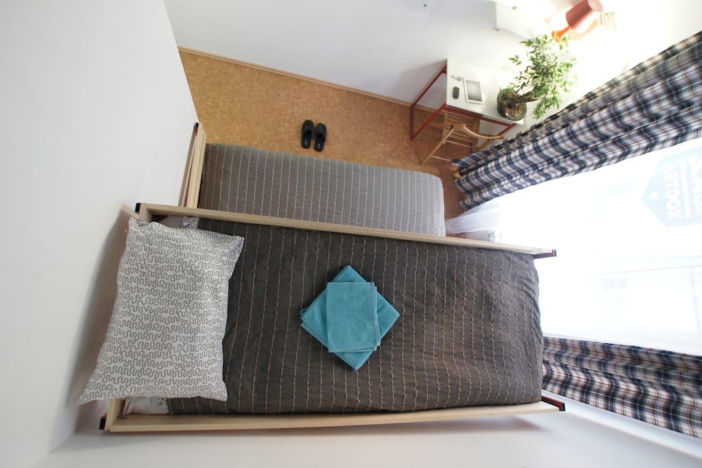 Стильная и светлая комната на троих с собственной душевой комнатой.