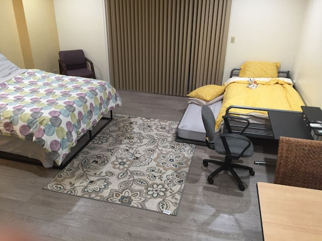 Large Master bedroom up to 4 persons 大主臥, 適1-4人和寵物