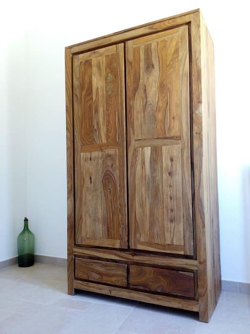 Sapienti mani hanno lavorato con le tecniche di una volta il legno massello dei mobili, esaltando la naturale bellezza dei colori e delle venature