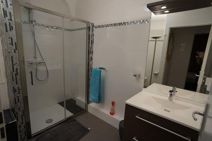 La salle-d'eau du bas, attenante aux deux chambres.