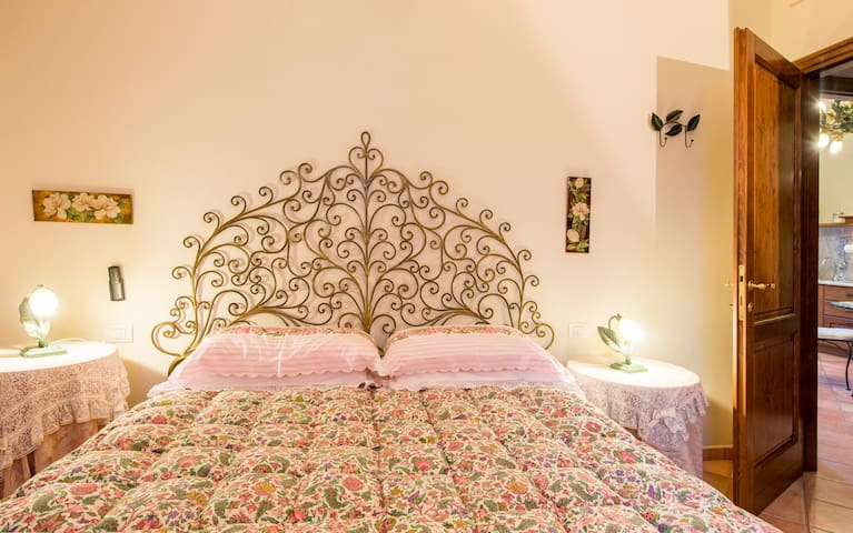 Camera con letto matrimoniale, bedroom with king size bed