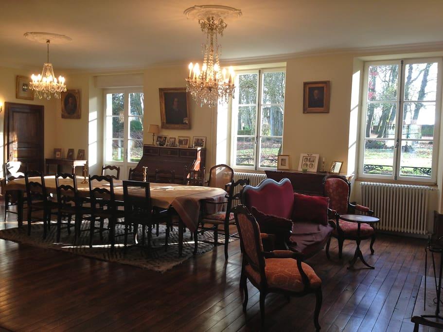 The living room / Le grand salon