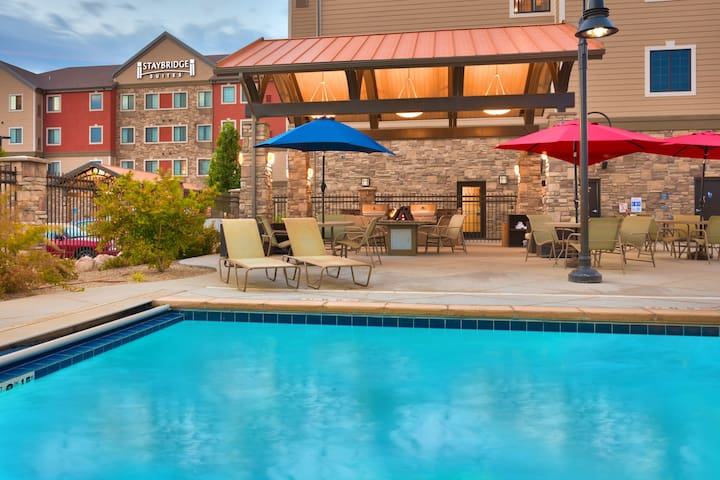 Heated Pool & Hot Tub Access + Free Breakfast Buffet. Studio Suite great for Business Travelers!