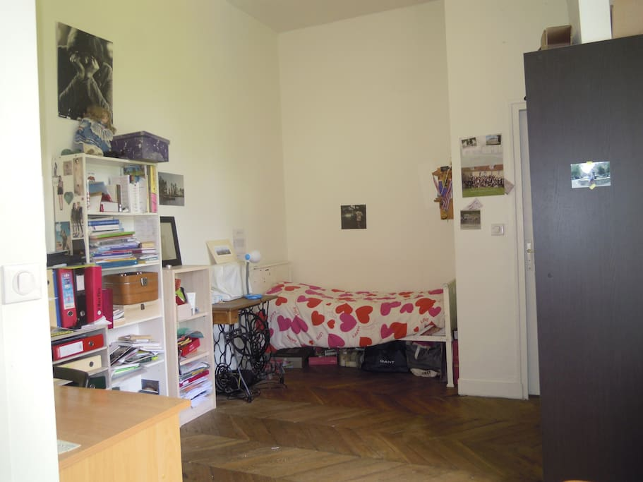 chambre avec un lit simple et vue sur le jardin