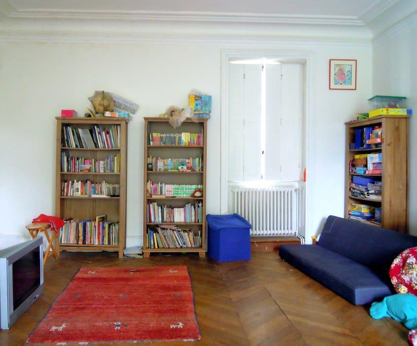 grande chambre avec un lit deux places (non visible sur la photo)