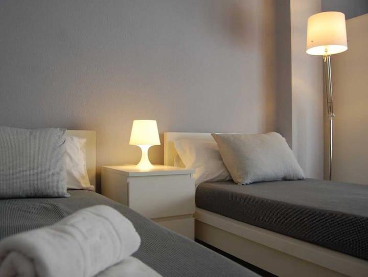 Hi Valencia Cánovas - Twin superior. 2 camas individuales con baño privado fuera de la habitación. - Tarifa estandar