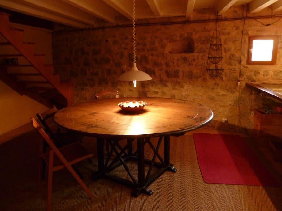 Table ronde grand diamètre pour petits déjeuners conviviaux.