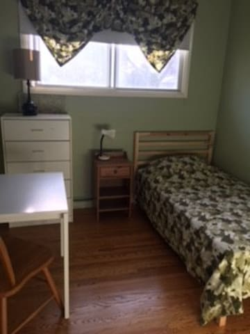 Winnipeg House Close To Stuff-2 (1of2 rooms avail)