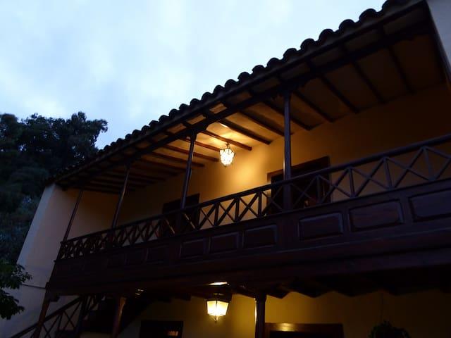 The balcony/El balcón