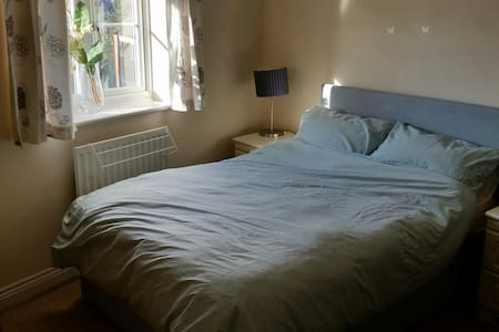 Bowerhill, modern house. Double Bedroom **** - Bowerhill