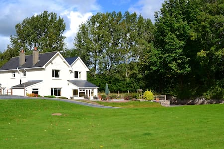 Quiet but Accessible B&B in the countryside - Llanfrynach - Bed & Breakfast