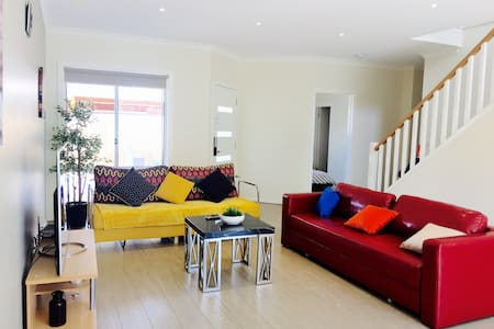 New house 3BR,5Beds,3 Car park - West Footscray - Adosado
