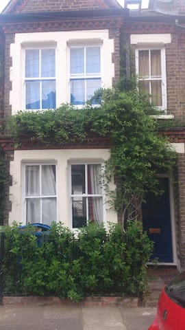 Double room in 19th century 3 storey near E&C