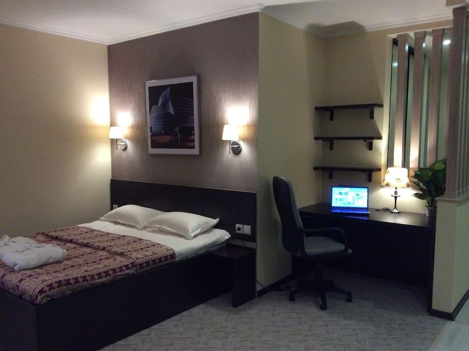 Удобное рабочее место и большая двухспальная комната