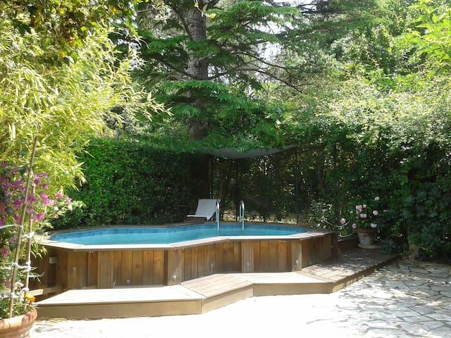 Grand studio ds jardin avec piscine