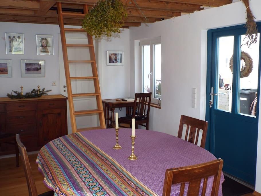 Wohnraum mit Leiter zum Schlafabteil