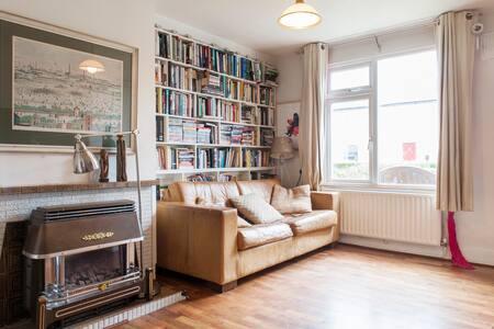 Sunny family home with wifi, Dublin - Cabra - บ้าน