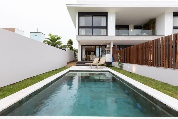 Casa moderna a 4 minutos do centrinho da Lagoa
