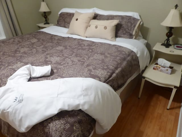 Spring Manor-Little Luxuries (king size bed) - Niagara Falls - Bed & Breakfast