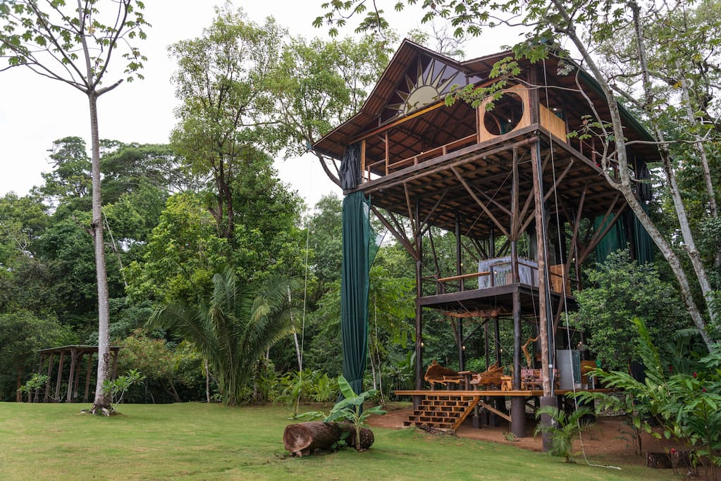 Huge treehouse in jungle treehouses for rent in matapalo for Hotel con casas colgadas de los arboles