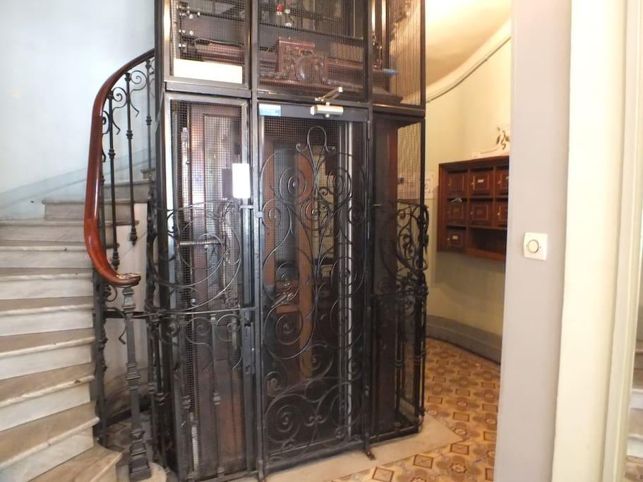 Cage d'escalier ascenseur