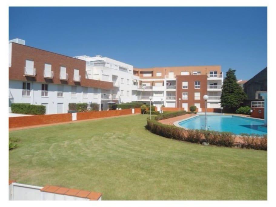 Jardim e piscina exterior