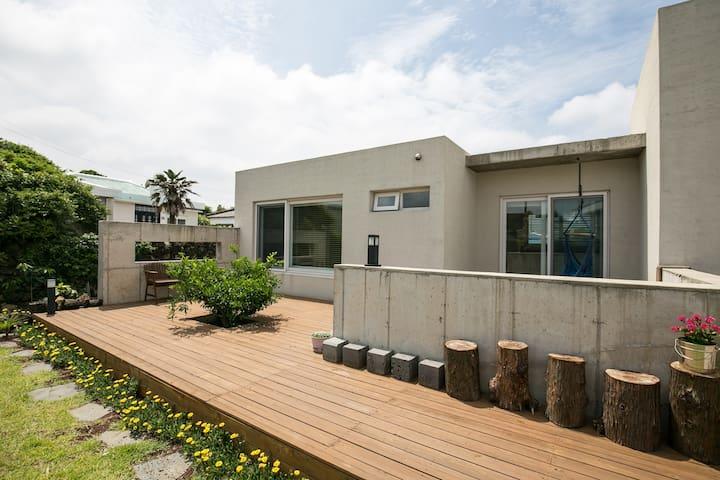 평화로운 제주 해안마을의 아늑하고 조용한 공간 -공사바 토토로방 - Gujwa-eup, Jeju-si - Casa
