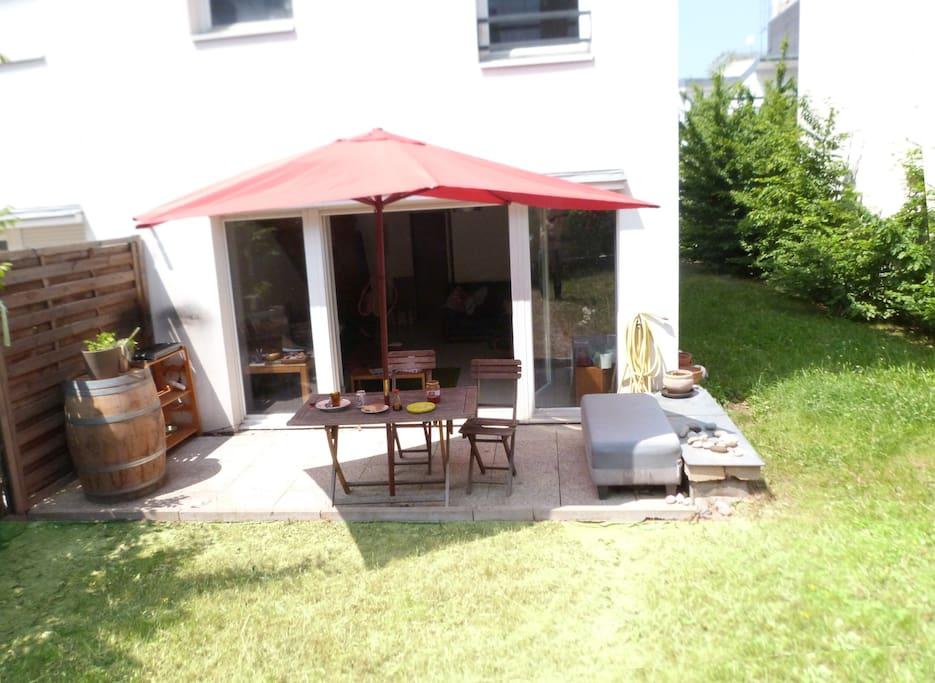 La table de jardin sous le soleil / The garden table under the sun