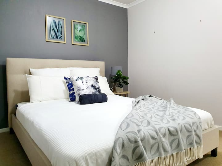PEARL, queen bed, beautiful home,Berwick central